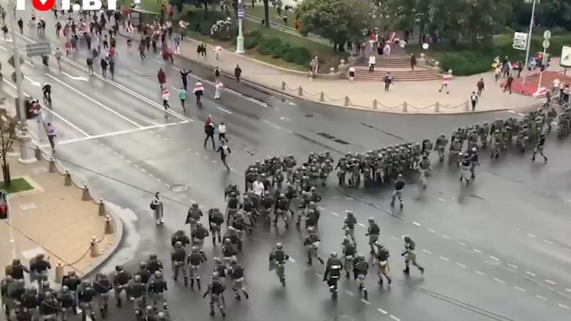 milicja pacyfikuje protesty w Mińsku
