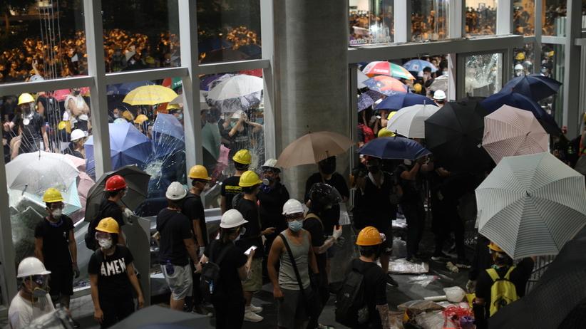 Oblężenie parlamentu w Hongkongu. Demonstraci wdarli się do budynku