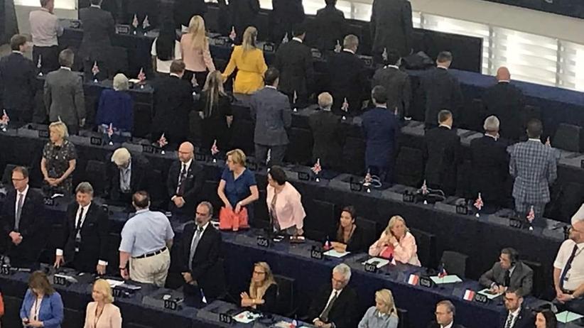 Nowy europarlament. Brytyjscy deputowani... odwrócili się przy hymnie UE