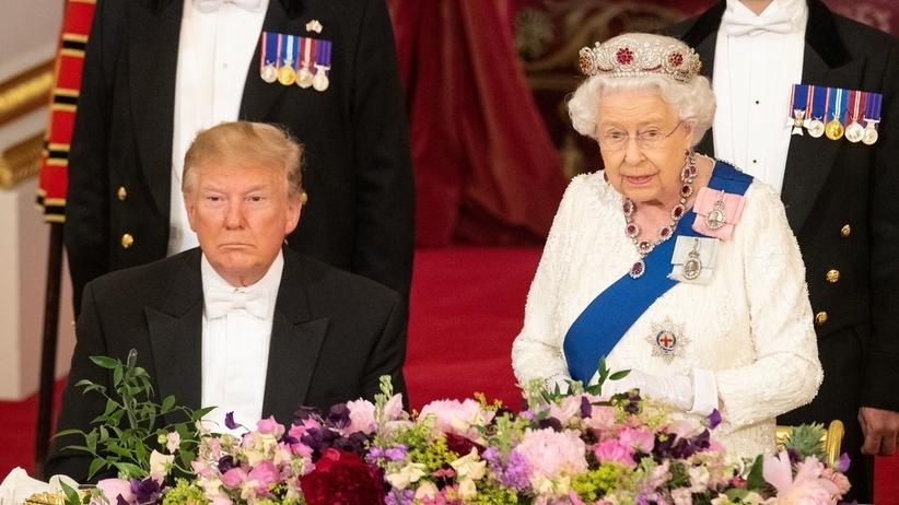 Trump zasnął podczas przemówienia Elżbiety II? Internauci pękają ze śmiechu