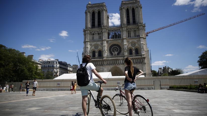Dziedziniec Notre Dame otwarty dla turystów. Pierwszy raz od tragicznego pożaru