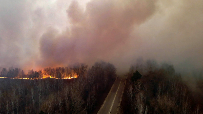 Pożar w Czarnobylu. Nowe fakty. Ogień blisko składowiska radioaktywnych odpadów WIDEO  - Wiadomości