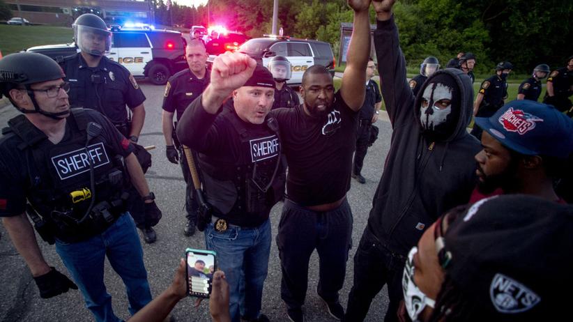 Protesty w USA po śmierci Georgea Floyda. Policjanci dołączają do demonstrantów
