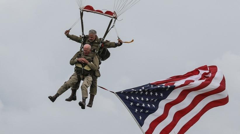 """75 rocznica D-Day. Weteran walk z USA... skoczył ze spadochronem. """"Składam hołd tym, którzy nie wrócili""""  [WIDEO]"""