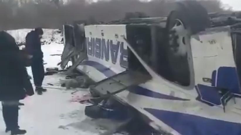 Makabryczny wypadek. Autobus stoczył się z mostu, nie żyje kilkanaście osób