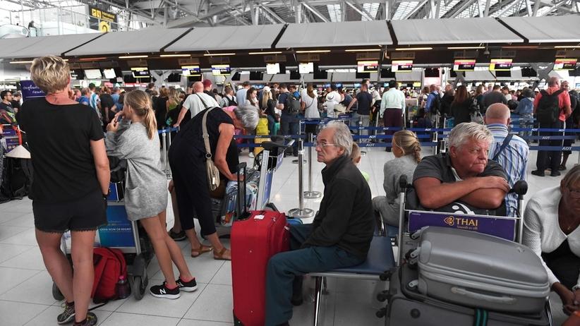 Tysiące podróżnych koczuje na lotnisku w Bangkoku. Powodem incydent zbrojny w regionie