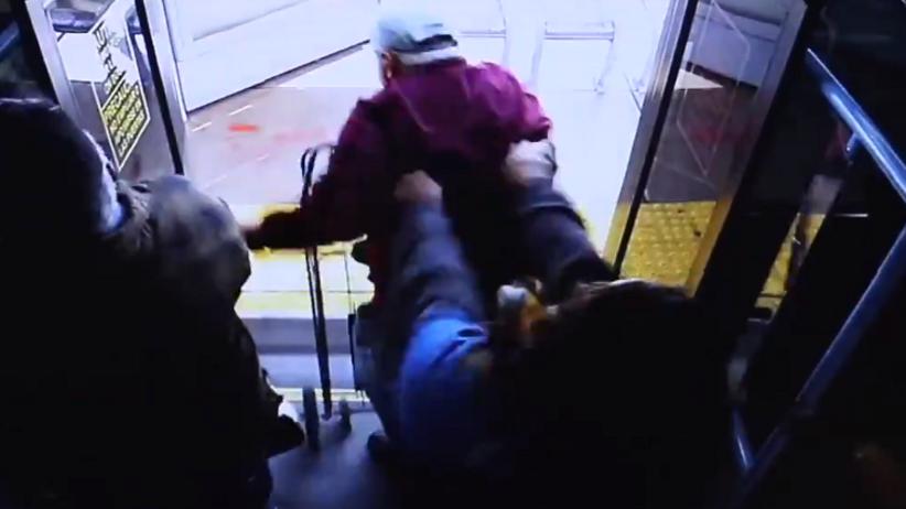 Kobieta wypchnęła 75-latka z autobusu. Mężczyzna zmarł