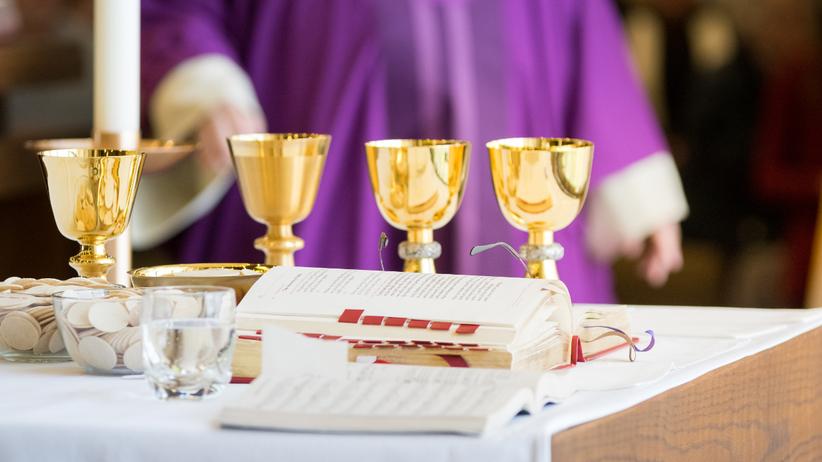 katolicki ksiądz przy ołtarzu
