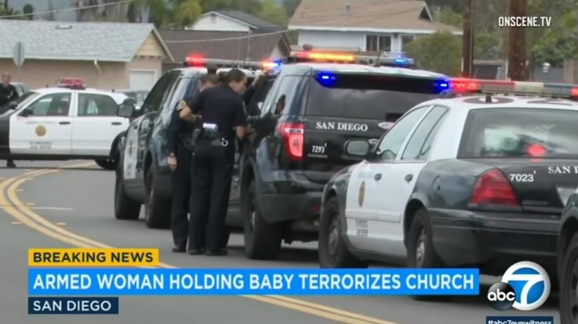 Weszła do kościoła z bronią, grożąc wszystkim śmiercią. Na rękach miała dziecko