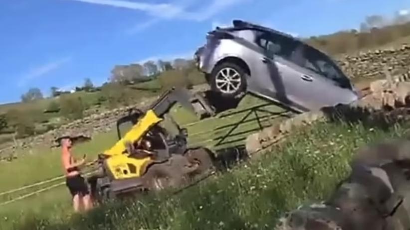 Rolnik staranował samochód wózkiem widłowym