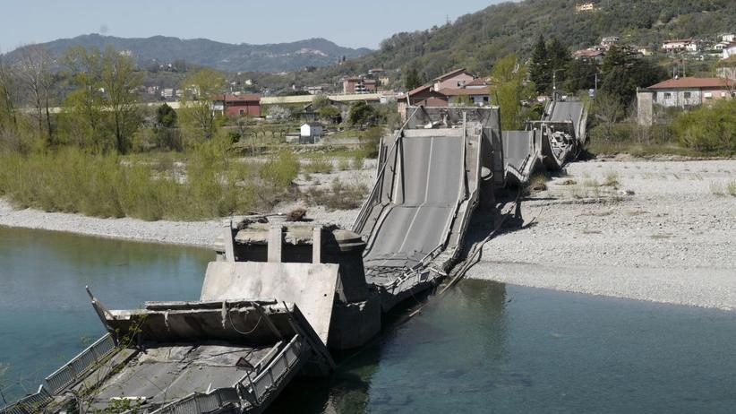 Do rzeki runął ogromny most, wraz z nim samochody. Jedna osoba w ciężkim stanie