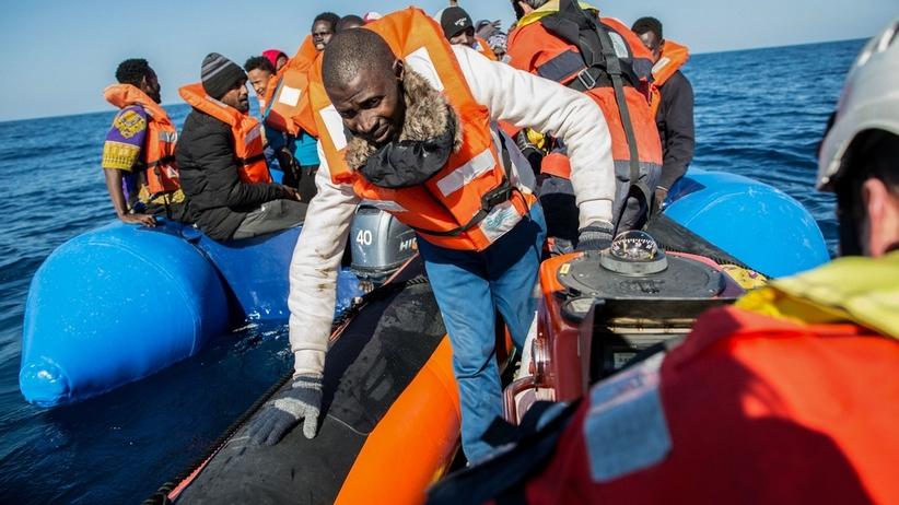 Włochy wysyłają statki do osłony portów. Nie chcą kolejnych migrantów