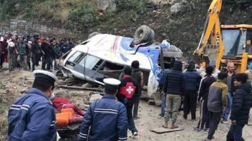 Wypadek autokaru z pielgrzymami w Nepalu. 14 osób nie żyje, 18 rannych