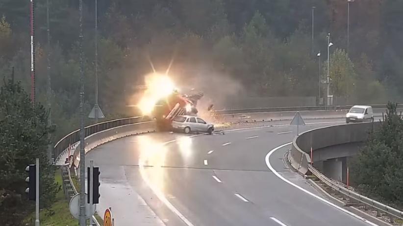 Wypadek w Słowenii. Cysterna staranowała bariery i runęła w przepaść