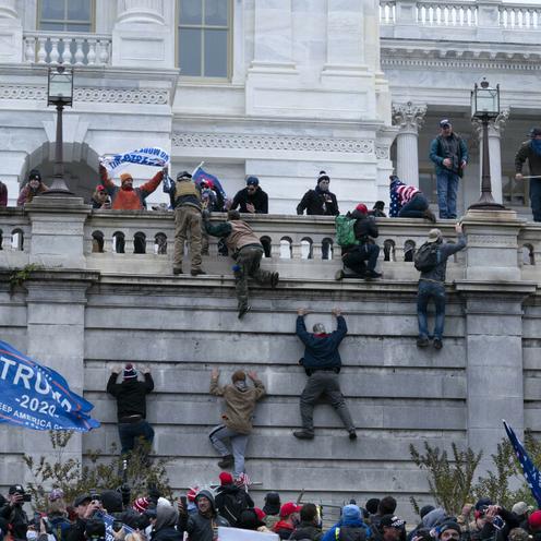 Zamieszki na Kapitolu. Tłum zdemolował budynek Kongresu [ZDJĘCIA]
