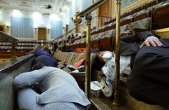 Zamieszki na Kapitolu. Zebrani w budynku Kongresu ukrywają się przed protestującymi