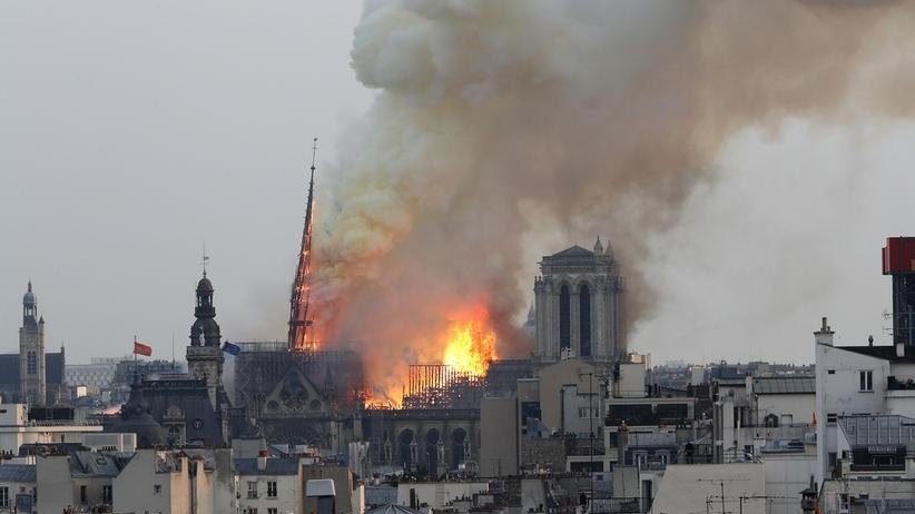 Pożar niszczy Notre Dame. Zawaliła się iglica kościoła